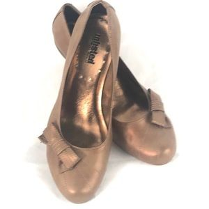 UNLISTED KENNETH COLE metallic wooden heel bow 10